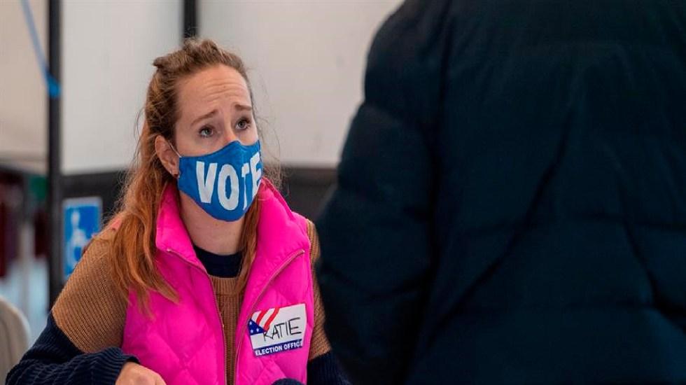 ¿Qué es el Colegio Electoral y por qué define la elección en EE.UU.? - Una trabajadora verifica los votos en la Escuela James F Condon de Boston, Massachusetts, EE. UU. Foto EFE