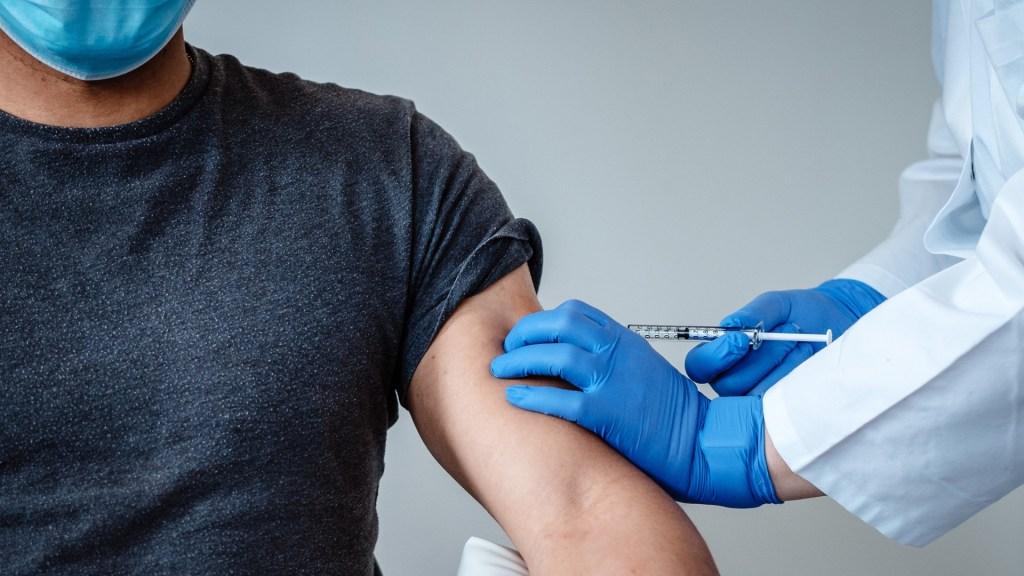 Solicitará Pfizer uso de emergencia de su proyecto de vacuna contra COVID-19 - Aplicación de proyecto de vacuna contra COVID-19 de Pfizer y BioNTech. Foto de EFE