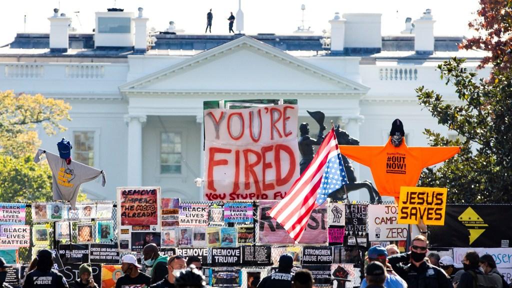 Biden In, Trump out, por Daniel Zovatto - Opositores a Donald Trump gritan consignas en su contra afuera de la Casa Blanca. Con carteles le sentencian