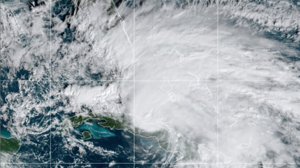 Eta impacta Cuba con fuertes lluvias; desalojan a más de 60 mil personas - Eta sobre Cuba y rumbo a Florida. Foto de NOAA
