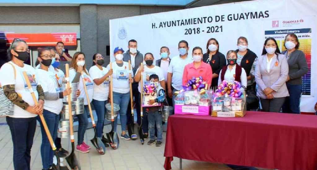 Alcaldía de Guaymas entrega palas a mujeres que buscan familiares desaparecidos; causa indignación en redes - Alcaldía de Guaymas, Sonora, entrega palas a mujeres que buscan familiares desaparecidos; en redes causa indignación. Foto Facebook Alcaldía de Guaymas
