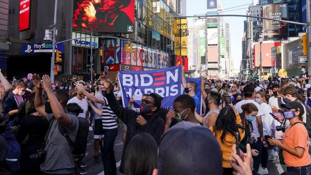 #FOTOS Así celebraron los estadounidenses la victoria de Joe Biden - Habitantes de Estados Unidos celebran la victoria de Joe Biden en Nueva York. Foto de EFE/EPA/PORTER BINKS