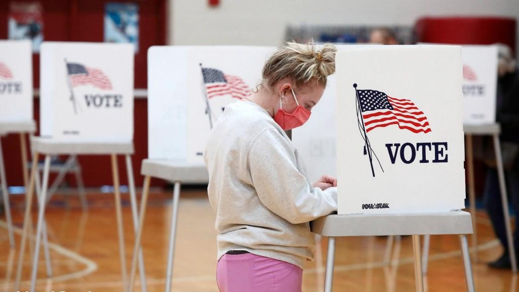 Cierran los primeros colegios electorales en Estados Unidos - Foto de EFE