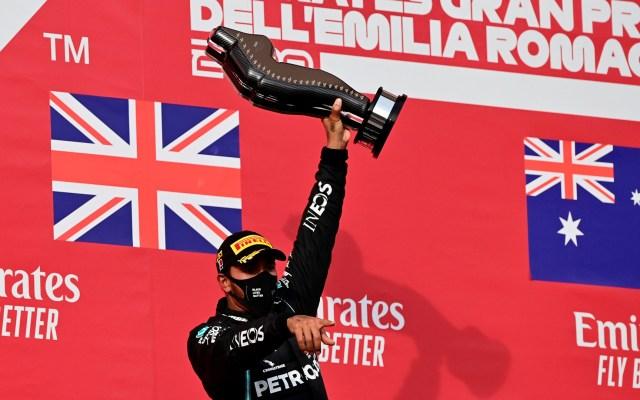 Se impone Lewis Hamilton en GP de Emilia Romaña; 'Checo' Pérez queda sexto - Lewis Hamilton festeja victoria en GP de Emilia Romaña. Foto de EFE
