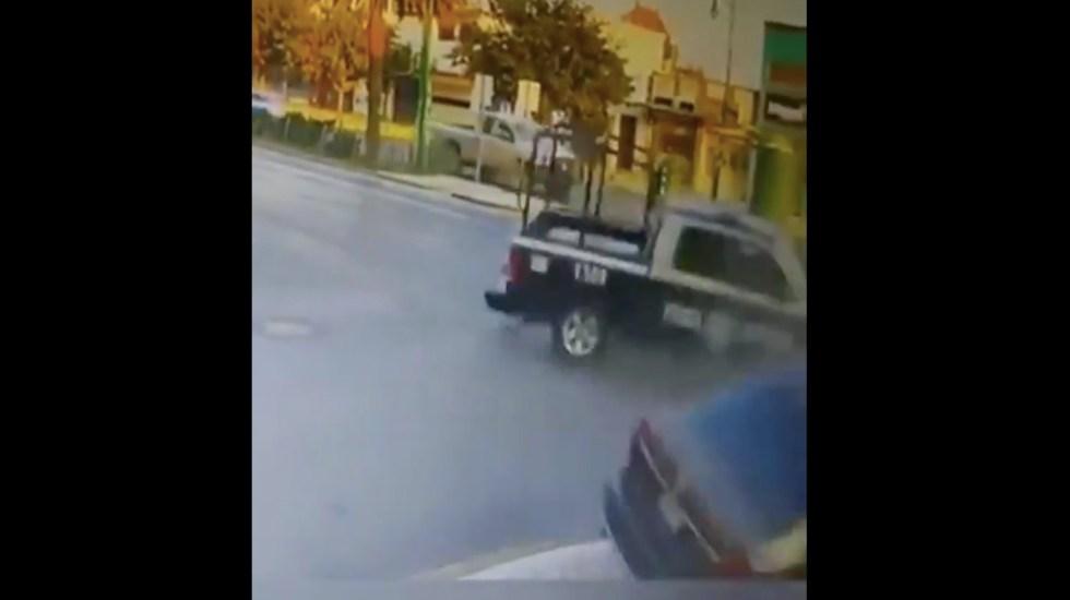 #Video Patrulla se pasa alto y provoca choque que deja un muerto y dos heridos en Monterrey - Captura de pantalla