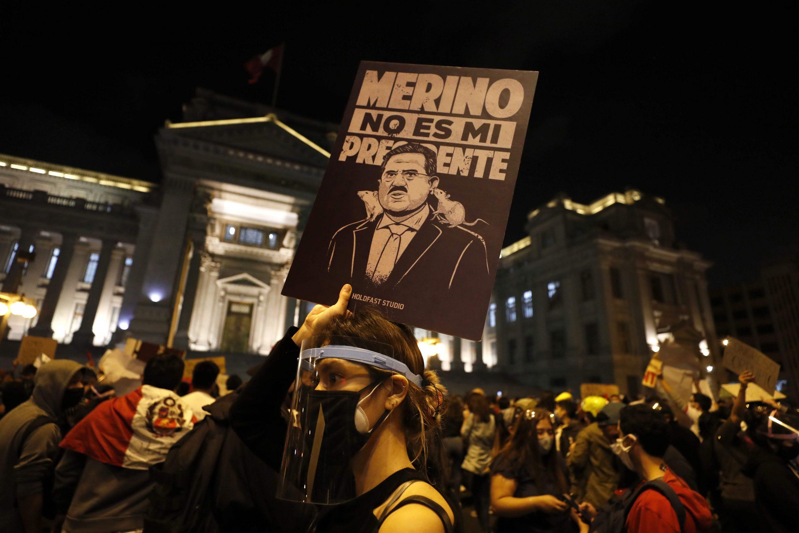 Manifestantes participan en una multitudinaria marcha en protesta contra el nuevo gobierno del presidente Manuel Merino, hoy, en la plaza San Martín de Lima. Foto de EFE/Paolo Aguilar.