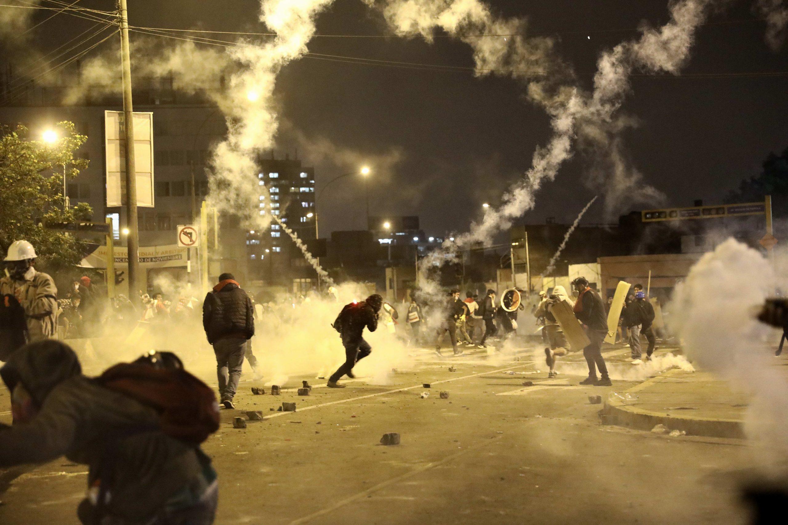 Policía y manifestantes se enfrentan durante una multitudinaria marcha de protesta contra el nuevo gobierno del presidente Manuel Merino, hoy en la plaza San Martín de Lima. Foto de EFE/ Aldair Mejía.