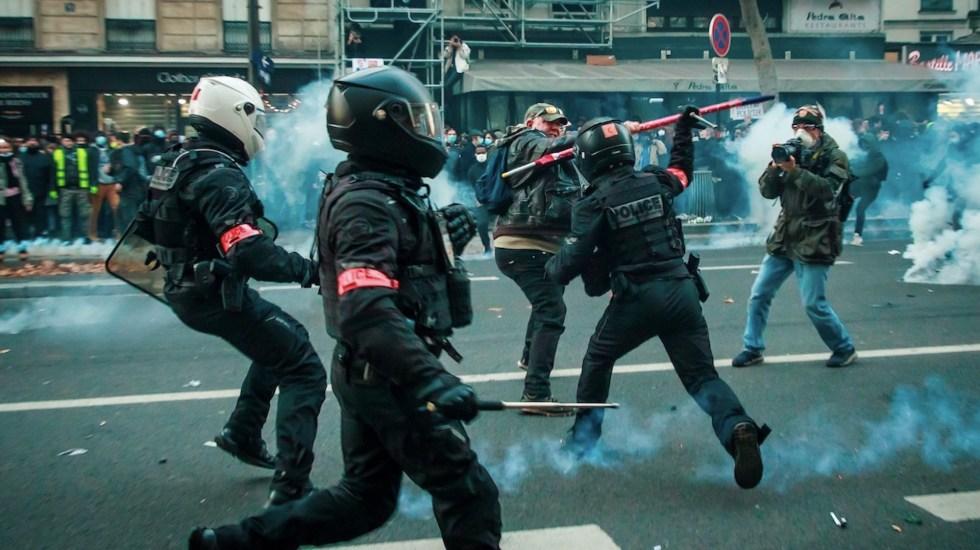 #Video Se enfrentan policías y manifestantes en París tras protesta contra ley de seguridad - Foto de EFE