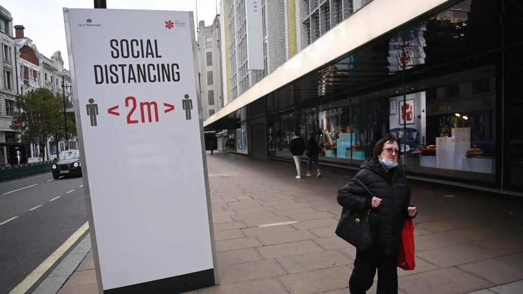 Experimento muestra dificultad de garantizar distancia social al estar en movimiento - Recordatorio en Reino Unido para mantener la sana distancia como medida de prevención del COVID-19. Foto de EFE