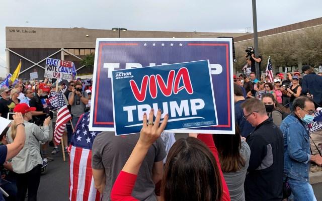Denuncian seguidores de Trump 'corrupción' en conteo de votos - Seguidores de Donald Trump en Phoenix. Foto de EFE