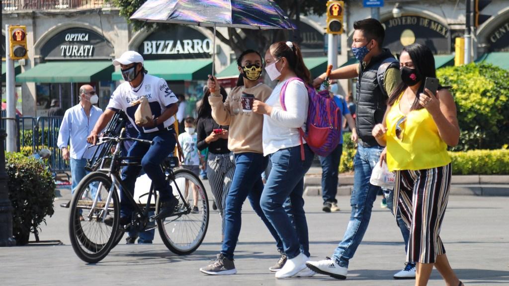 Cambio de Semáforo Epidemiológico en Ciudad de México corresponde al Gobierno Federal, asegura Sheinbaum - Transeúntes en Ciudad de México durante pandemia de COVID-19. Foto de EFE