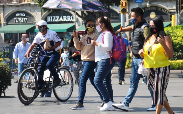 Mexicanos, aún escépticos a COVID-19 pese a 100 mil muertes y millón de contagios - Transeúntes en Ciudad de México durante pandemia de COVID-19. Foto de EFE