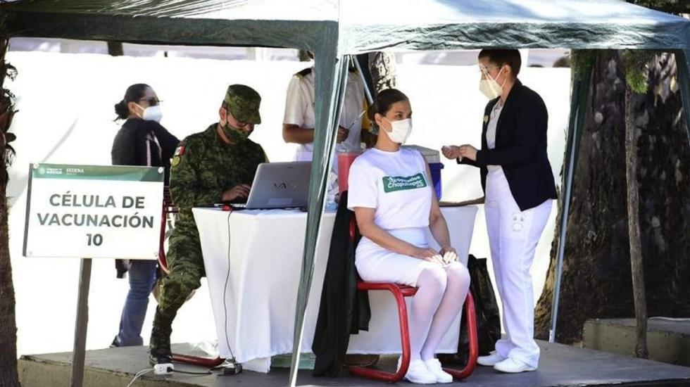 México inicia vacunación en el norte del país pero todavía con pocas dosis - Aplicación de vacuna contra COVID-19 a personal sanitario que atiende a pacientes con la enfermedad. Foto de @Tu_IMSS