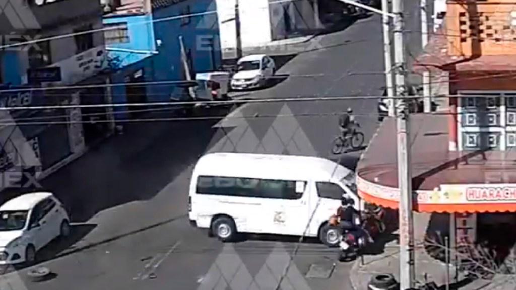#VIDEO Chofer de transporte público a exceso de velocidad impacta contra local en Neza; intentó darse a la fuga - Chofer impacta camioneta contra local en Nezahualcóyotl; dos personas se salvan de ser atropelladas. Foto Captura de pantalla