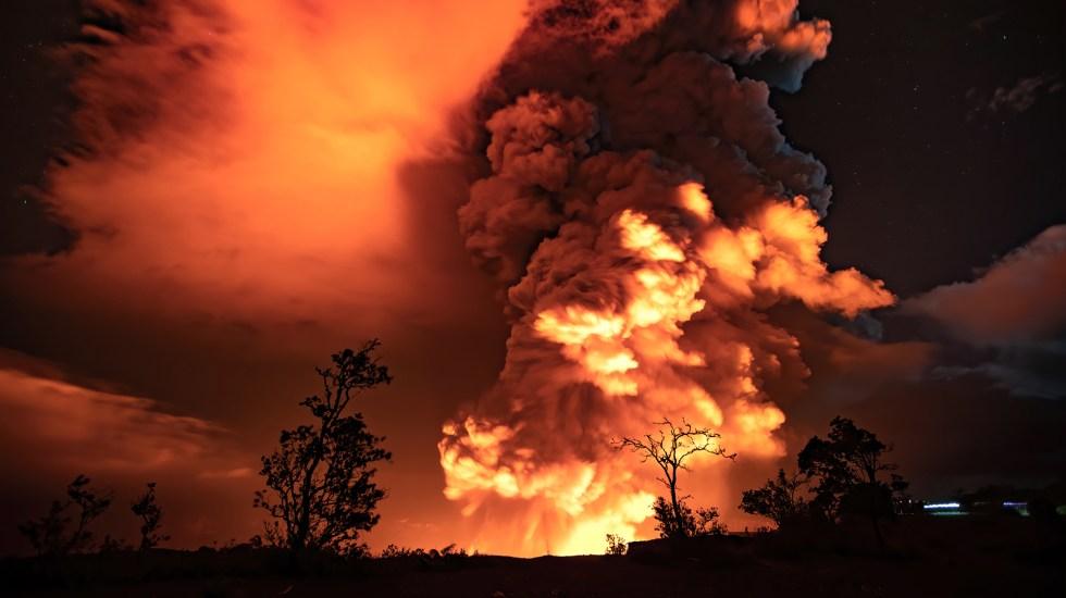 #Video Entra en erupción el volcán Kilauea tras sismo - Columna de humo y ceniza por erupción del volcán Kilauea. Foto de @Volcanoes_NPS