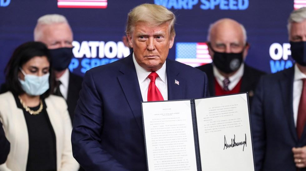 Firma Trump decreto para priorizar a EE.UU. en reparto de vacunas contra COVID-19 - Donald Trump con orden ejecutiva para priorizar a EE.UU. en vacunas contra COVID-19. Foto de EFE