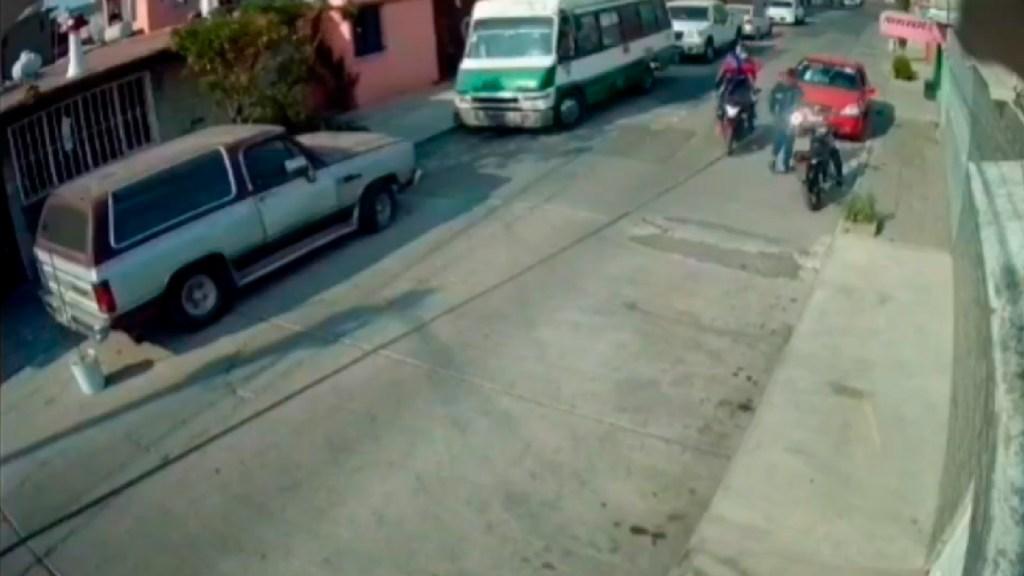 #VIDEO Criminales en motocicleta fracasan al asaltar a joven en Ciudad Azteca, Ecatepec - Dos presuntos criminales fracasan en asaltar a joven en Ciudad Azteca, Ecatepec. Foto Captura de pantalla