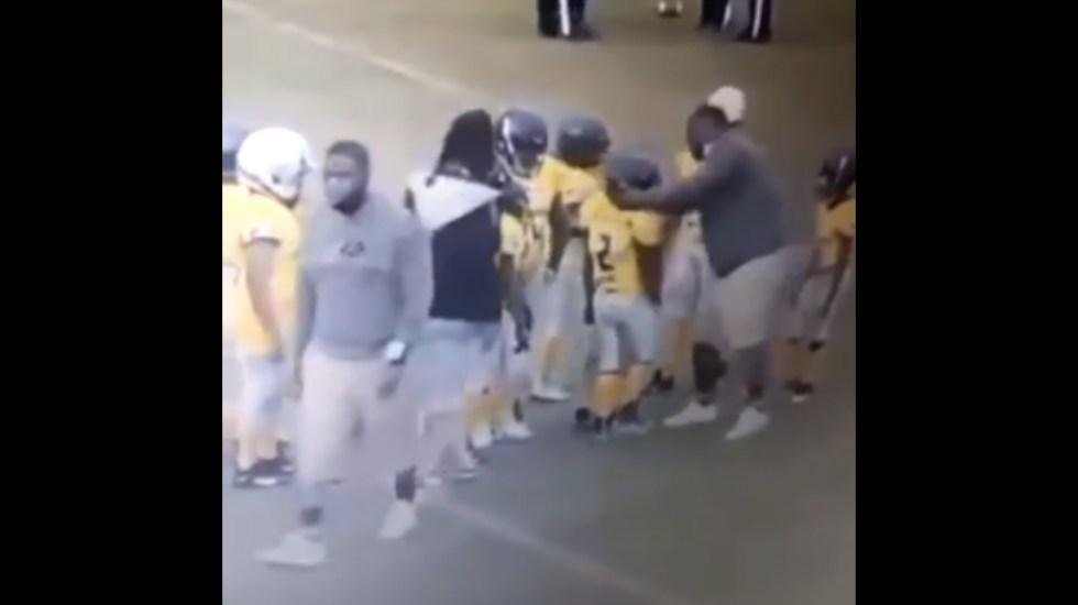 #Video Entrenador golpea a niño durante partido de futbol americano en Florida - Entrenador futbol golpe niño Florida