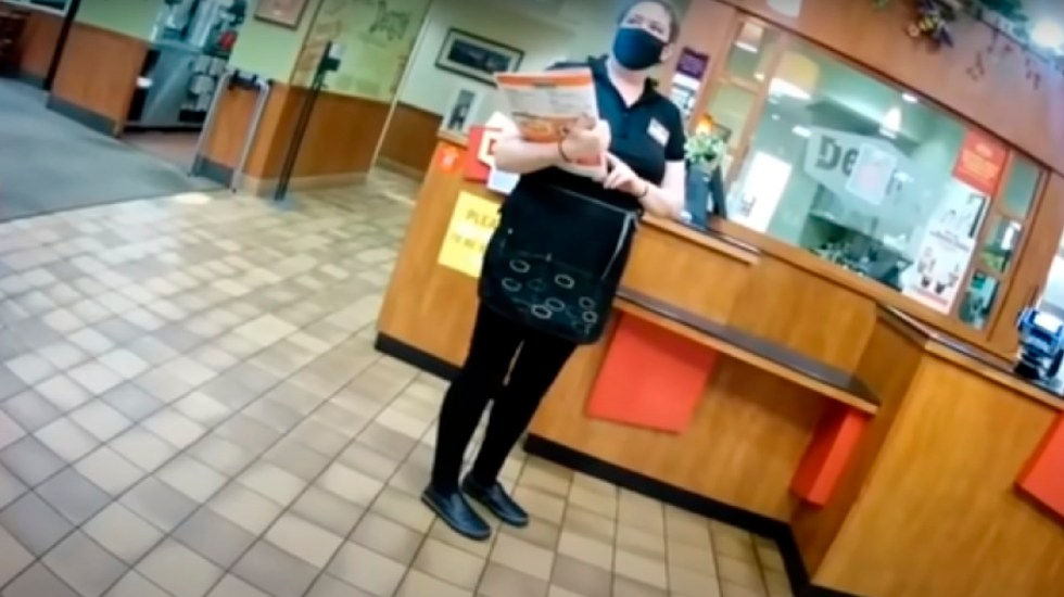 #VIDEO Estalla trabajadora de restaurante contra clientes que se niegan a usar cubrebocas - Estalla trabajadora de Denny's contra clientes que se niegan a usar cubrebocas. Foto Captura de pantalla
