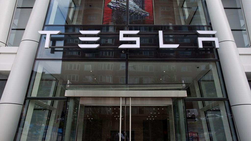 Caen acciones de Tesla tras su histórico ingreso en el S&P 500 - Fachada de Tesla. Foto de EFE