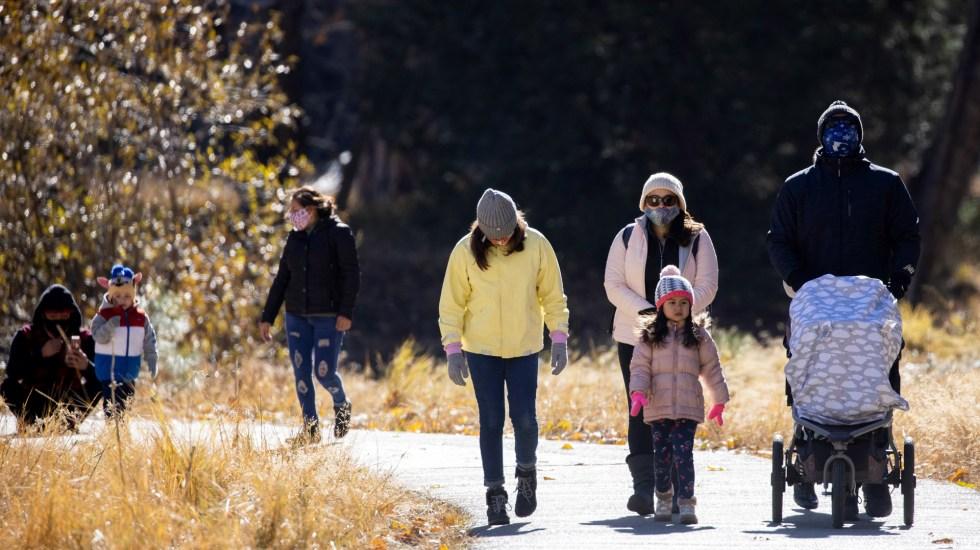 Estiman que EE.UU. regrese a la normalidad tras COVID-19 entre abril y mayo - Familias en Parque Nacional Yosemite Valley, California, EE.UU. Foto de EFE