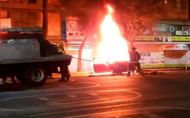 #VIDEO Fatal accidente vial sobre Eje Central deja dos heridos y un ciclista muerto - Fatal accidente vial sobre Eje Central deja dos heridos y un ciclista calcinado. Foto Captura de pantalla