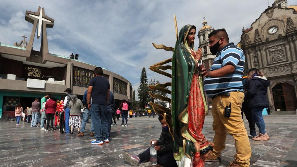 Abarrotan Basílica de Guadalupe previo a cierre por Día de la Virgen - Feligreses en Basílica de Guadalupe. Foto de EFE