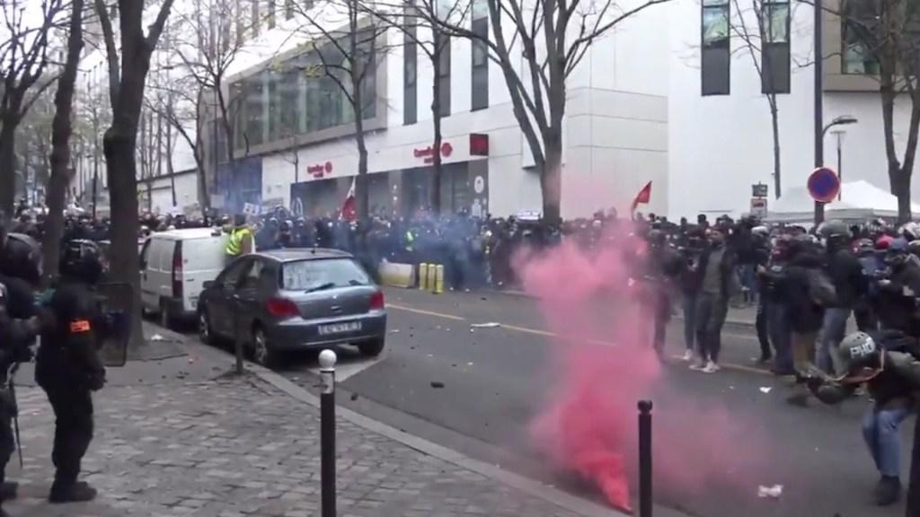 #Video Nuevas protestas en Francia contra la Ley de Seguridad; policías se enfrentan con manifestantes - Captura de pantalla