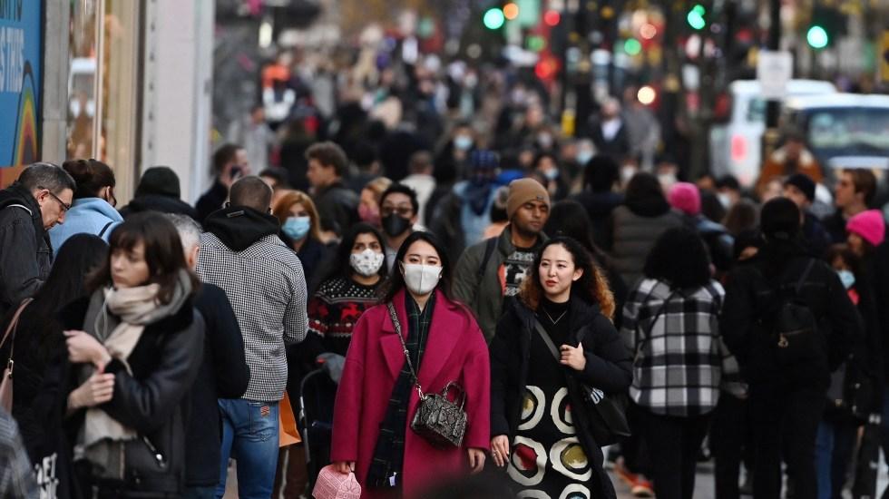 Nueva variante de COVID-19 estaría desde hace semanas en varios países europeos - Gente en calles de Londres, en medio de pandemia de COVID-19. Foto de EFE
