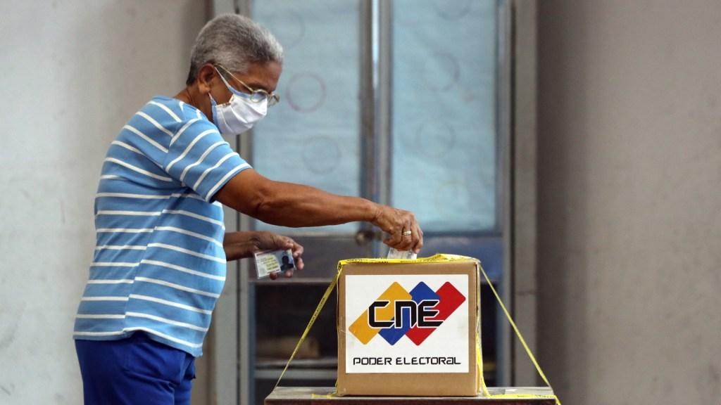Inician en Venezuela elecciones parlamentarias para renovar Asamblea Nacional - Hombre vota en elecciones parlamentarias de Venezuela. Foto de EFE