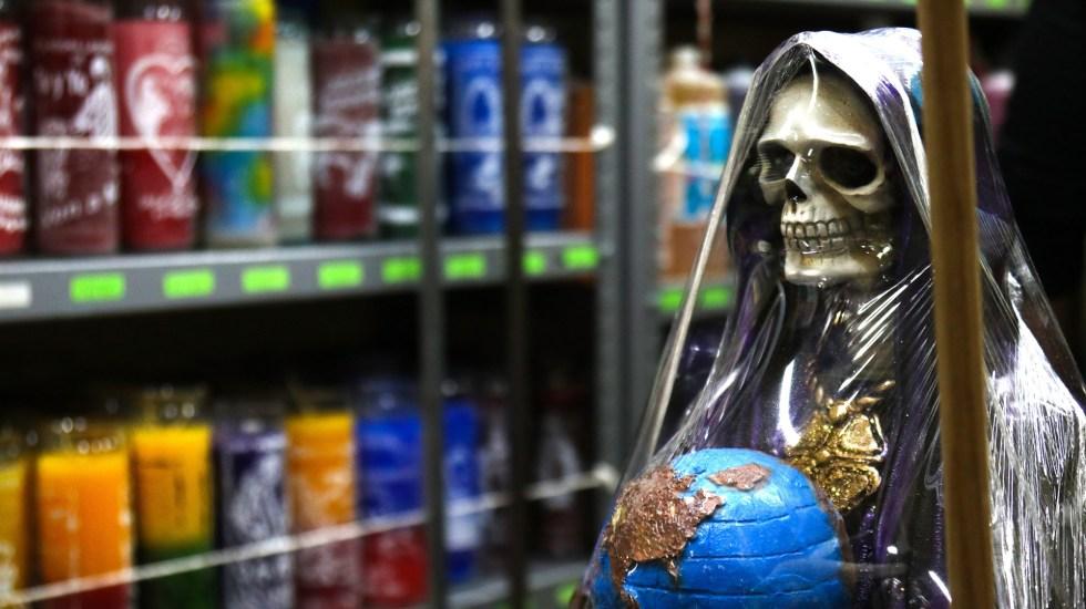 La receta mística de México para dejar atrás los malos tragos de 2020 - Imagen de la Santa Muerte cargando al mundo. Foto de EFE