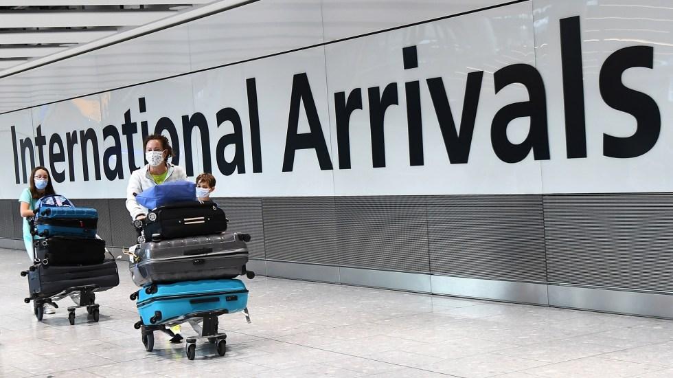 Recortará Reino Unido cuarentena a viajeros procedentes del extranjero - Llegadas internacionales en aeropuerto de Reino Unido. Foto de EFE