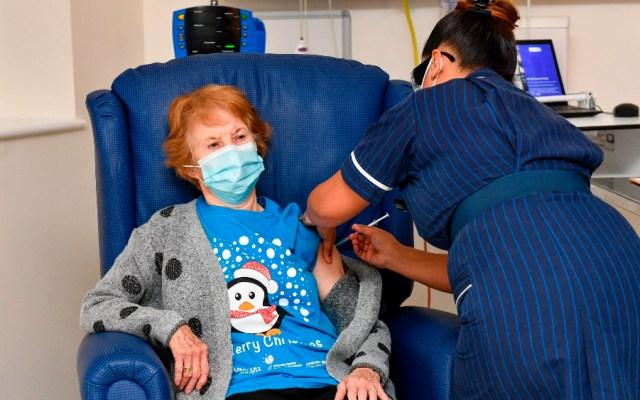 Una mujer de 90 años, la primera del mundo en recibir la vacuna contra COVID-19 de Pfizer - Foto de EFE