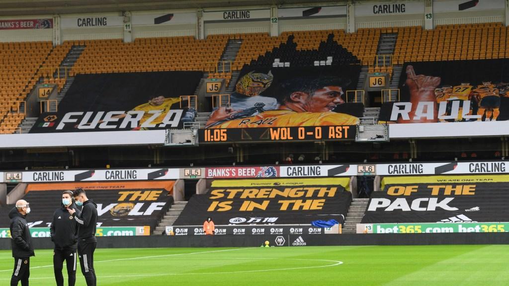 #Video Homenajean a Raúl Jiménez en estadio de los Wolves; le desean pronta recuperación - Mensaje de apoyo a Raúl Jiménez. Foto de @WolvesEspanol