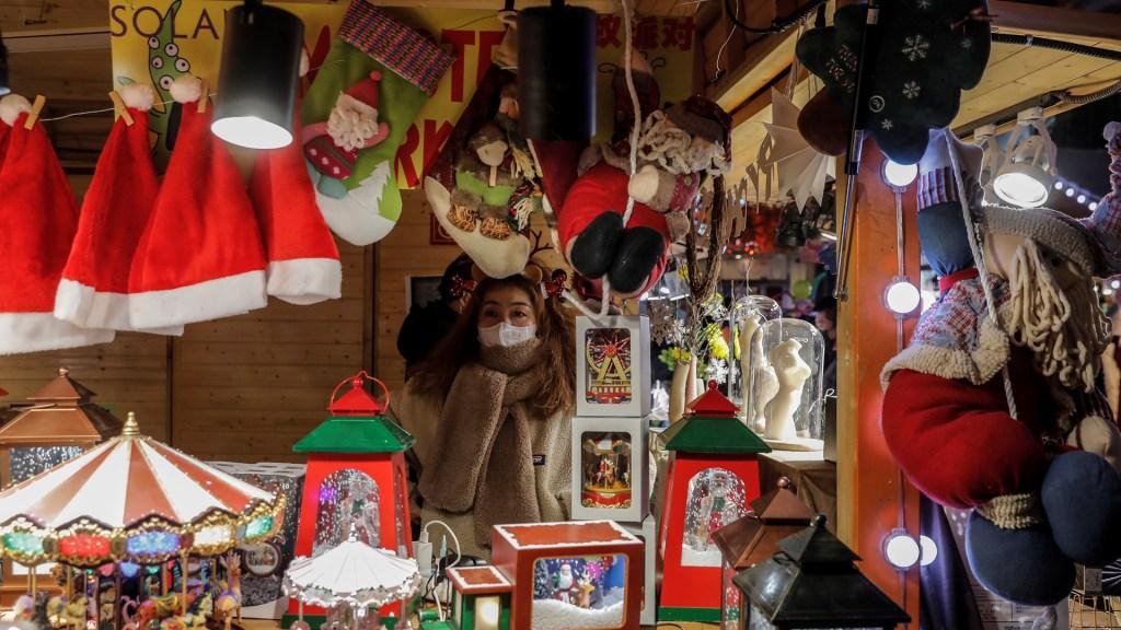 Pide papa Francisco no 'dejarse arrastrar' por el consumismo en esta Navidad - Mercado navideño en Beijing. Foto de EFE