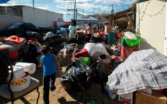Migrantes apoyan a damnificados por incendios en Tijuana - Migrantes centroamericanos ofrecen ayuda a damnificados por un incendio procedentes de un albergue de la ciudad de Tijuana, Baja California. Foto de EFE