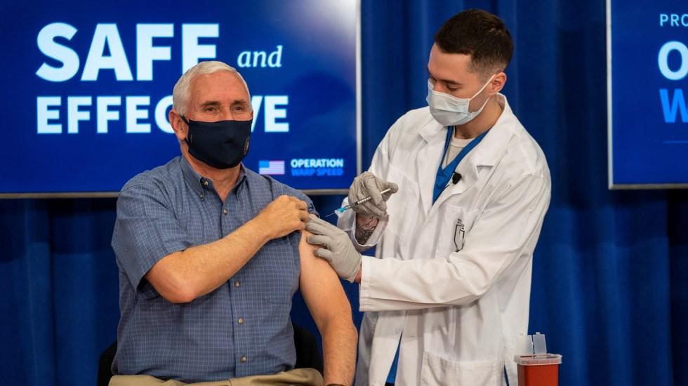 Mike Pence se vacuna contra COVID-19 para generar confianza en estadounidenses - Mike Pence se vacuna contra COVID-19. Foto de EFE