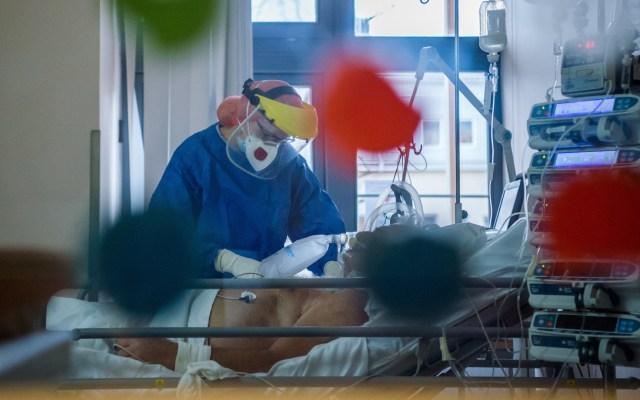 Reducen remdesivir y baricitinib tiempo de recuperación por COVID-19, según estudio - Paciente de COVID-19 en unidad de cuidad intensivos. Foto de EFE