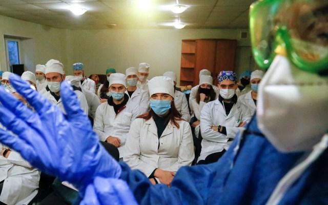 El mundo rebasó los 85 millones de contagios de COVID-19 - Personal sanitario que atiende COVID-19 en Ucrania. Foto de EFE