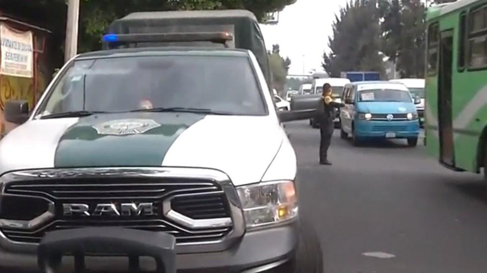 Balean en CDMX a pasajero de transporte público durante asalto - Policías capitalinos sobre Calzada I. Zaragoza por asalto a transporte público. Captura de pantalla / Foro Tv