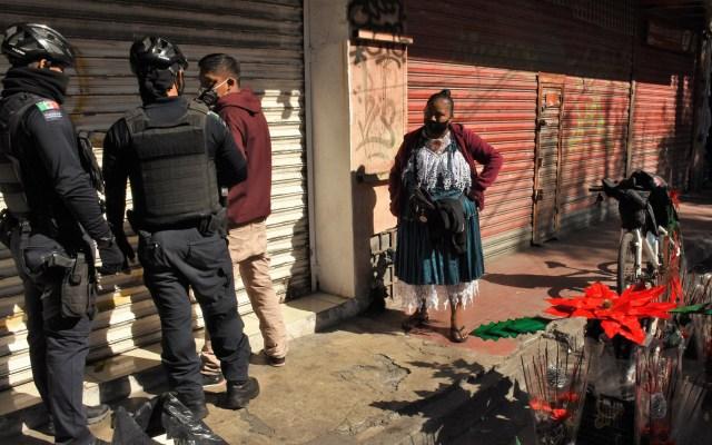 Detienen a colaborador de EFE por documentar presunta extorsión en Monterrey - Presunta extorsión a joven vendedor en Monterrey por parte de policías municipales. Foto de Juan Alberto Cedillo / EFE