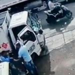 #Video Repartidor golpea con tanque de gas a sujeto para evitar asalto