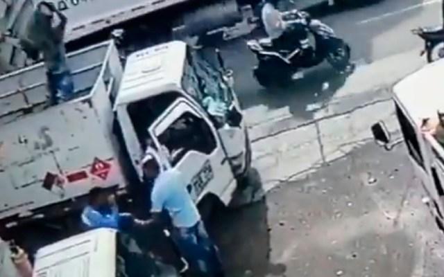 #Video Repartidor golpea con tanque de gas a sujeto para evitar asalto - Repartidor evita asalto en Colombia tras lanzar tanque de gas desde un camión a delincuente. Foto Captura de pantalla