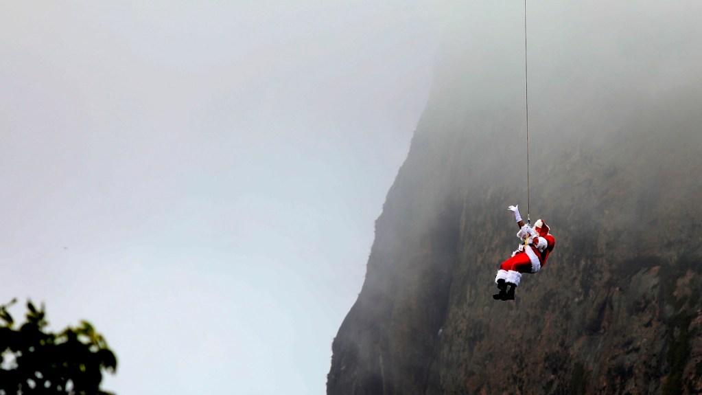 #Viral Intrépido Santa Claus se lanza de rapel en el Pan de Azúcar de Río de Janeiro - Un hombre vestido de Santa Claus desciende en rapel por el cerro de Pan de Azúcar hoy, en Río de Janeiro, Brasil. Foto de EFE/Fabio Motta.