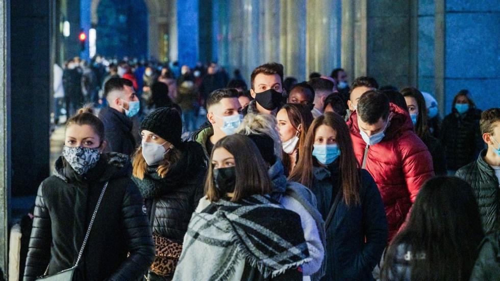 Nuevo récord de casos diarios de COVID-19 en el mundo con 800 mil - Transeúntes en Italia durante pandemia de COVID-19. Foto de EFE