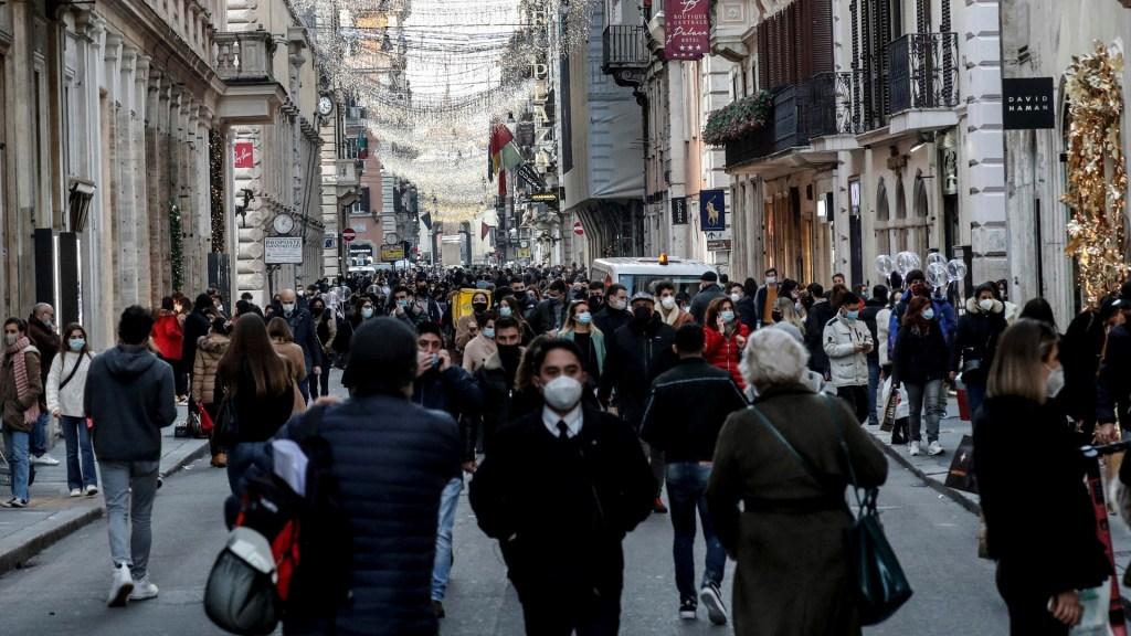 ONU hace llamado a la unidad ante la pandemia y la crisis climática en 2021 - Transeúntes en Roma, Italia, durante pandemia de COVID-19. Foto de EFE