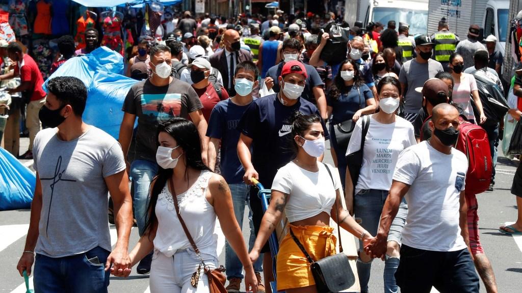 Brasil detecta sus dos primeros casos de cepa británica de COVID-19 - Transeúntes en Sao Paulo, Brasil, durante pandemia de COVID-19. Foto de EFE