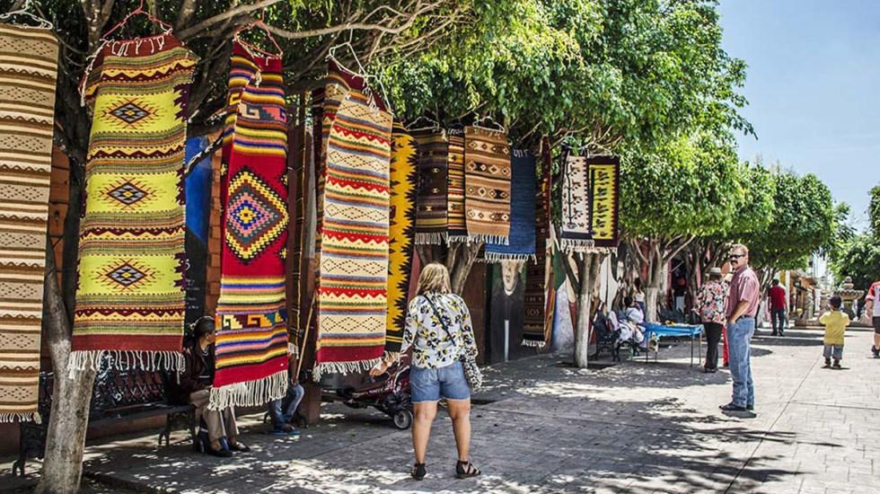 Cae turismo internacional 43.7 por ciento interanual en octubre - Turistas en Pueblo Mágico de Ajijic, Jalisco. Foto de @SECTUR_mx