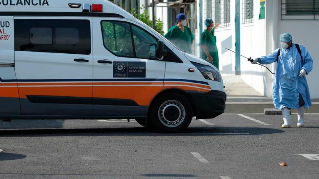 El Salvador todavía con incertidumbre para conocer llegada de vacunas contra COVID-19 - Un trabajador desinfecta una ambulancia en el hospital San Rafael en San Salvador. Foto EFE