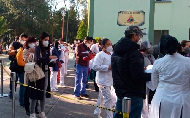 Tras aplicación de vacuna contra COVID-19, 23 trabajadores del IMSS presentaron efectos secundarios - Veintitrés trabajadores del IMSS con efectos secundarios por vacuna anti COVID-19; uno con cuadro grave. Foto Twitter @Tu_IMSS